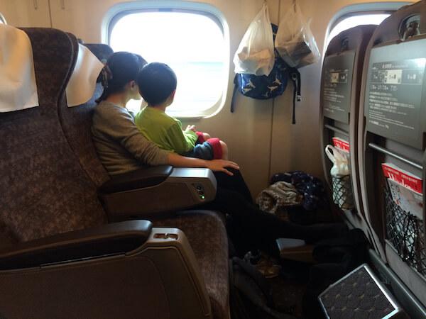 新幹線グリーン車子供を膝の上に乗せた