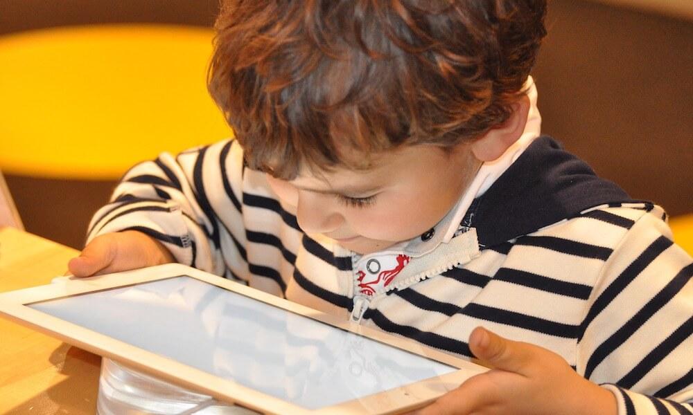 タブレットアプリで遊びながら学ぶ