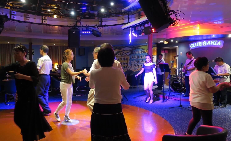生バンドと社交ダンス