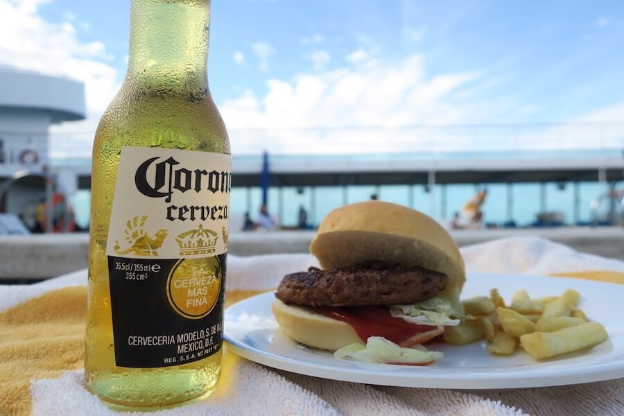 プールサイドでビールとハンバーガー