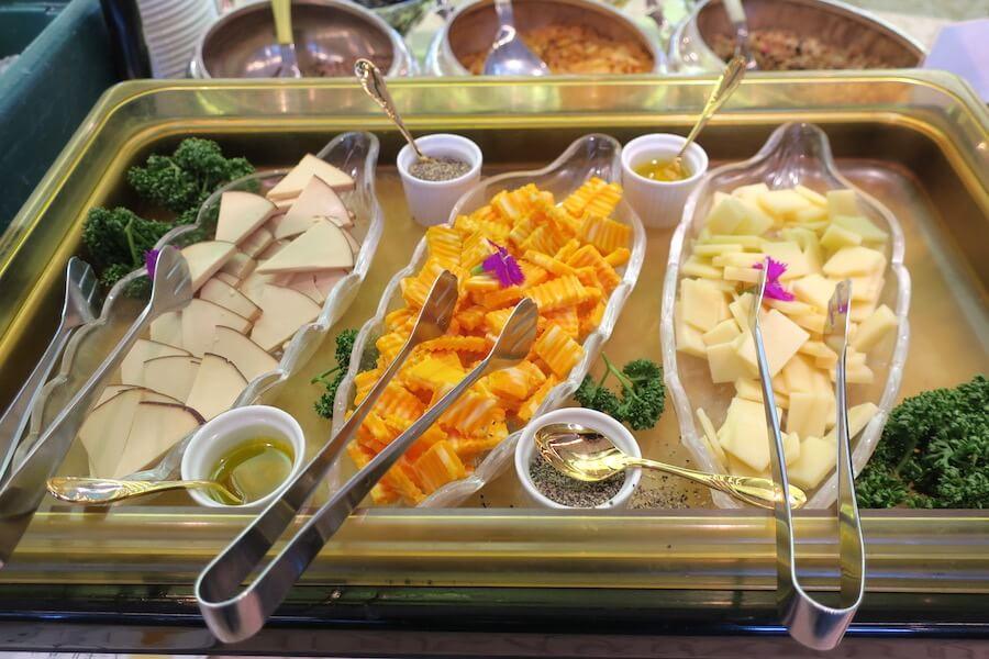 にっぽん丸 朝食バイキング チーズ